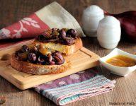 bruschette con cipolla di tropea alla piastra, olive e confettura di fichi