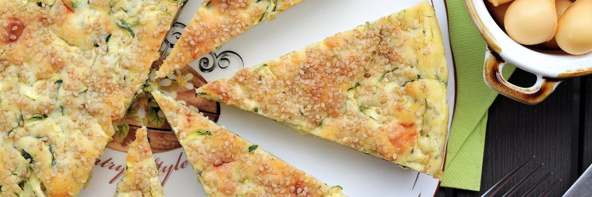 Torta salata con zucchine e scamorza affumicata e sesamo