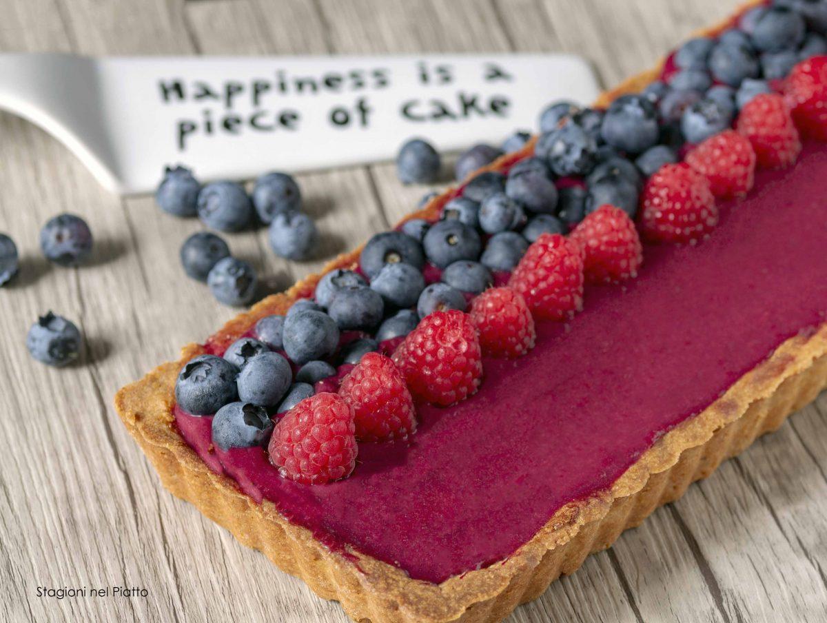 torta con crema frangipane e curd ai frutti rossi
