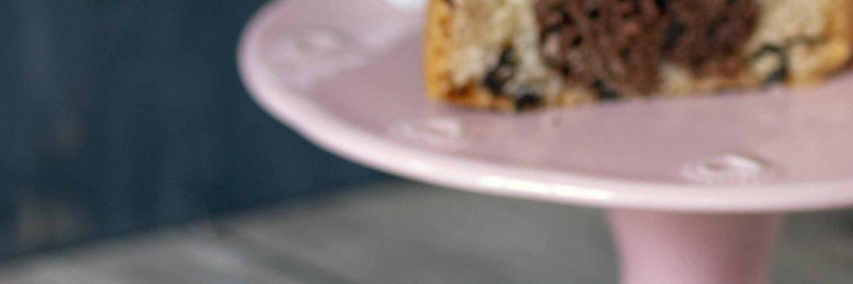 Ciambella bicolore con cacao e gocce di cioccolato